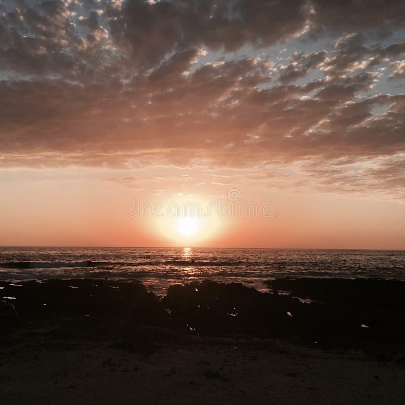 Un coucher du soleil orange images libres de droits