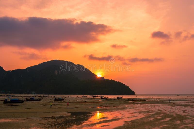Un coucher du soleil renversant au-dessus de beau Koh Phi Phi, Thaïlande photographie stock