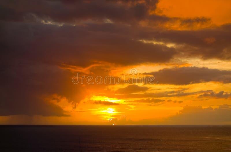 Un coucher du soleil renversant dans les Caraïbe photographie stock
