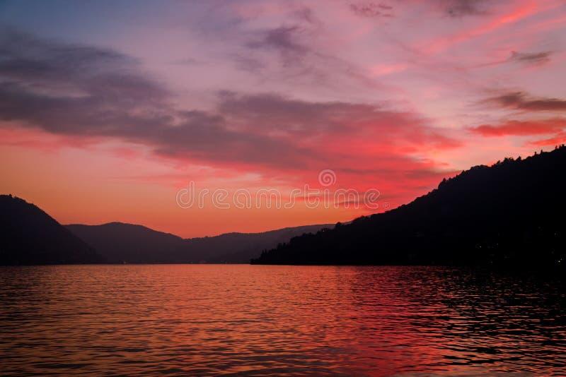 Un coucher du soleil scénique dans les collines alpines au-dessus de Lago di Como, Lombardie photos stock
