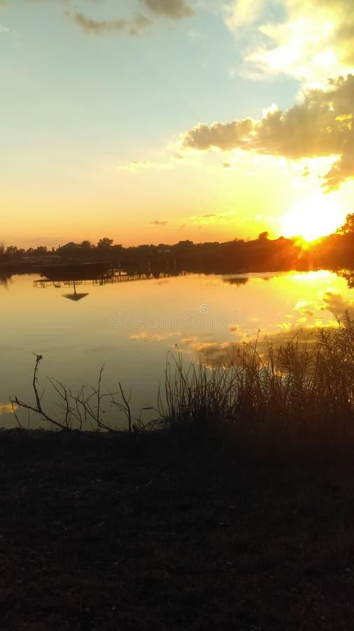 Un coucher du soleil une réflexion sur le trou de pêche images libres de droits