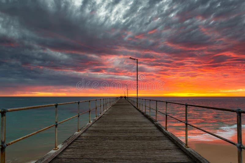 Un coucher du soleil vibrant ? l'Australie du sud gauche de jet?e de Noarlunga le 15 avril 2019 images stock