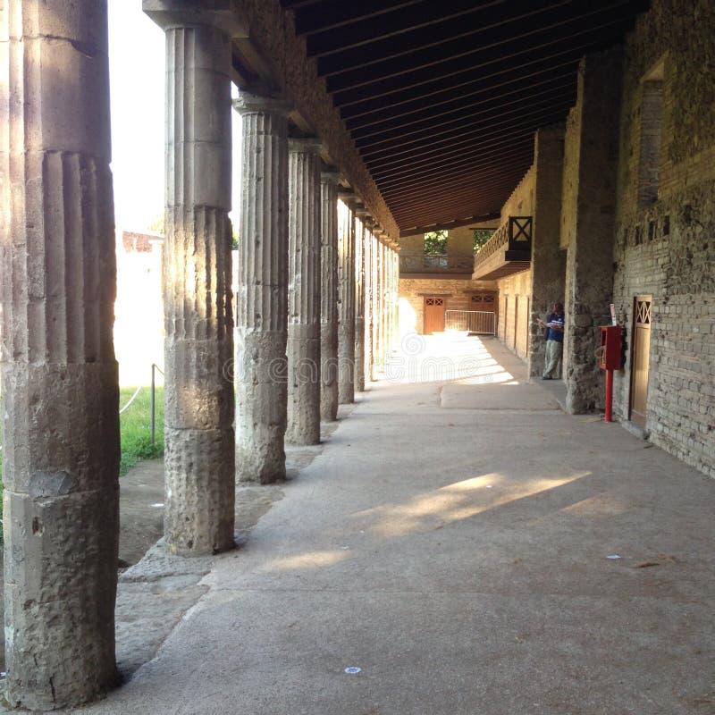 Un couloir avec la colonne romaine à Pompéi image stock