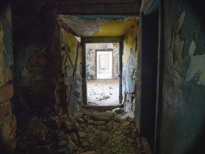 Un couloir sombre dans un bâtiment ruiné photos stock