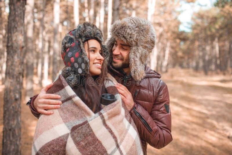 Un couple affectueux étreint dans la forêt dehors images stock