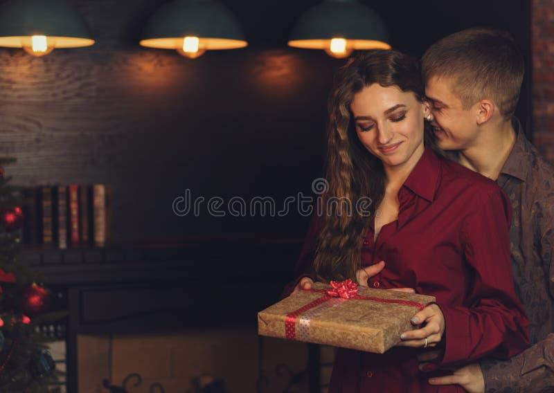 Un couple affectueux célèbre Noël photo stock