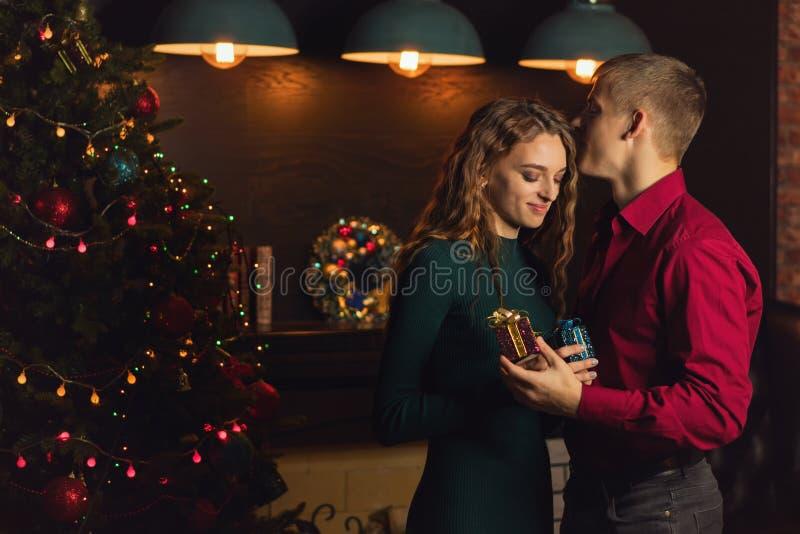 Un couple affectueux célèbre Noël images stock
