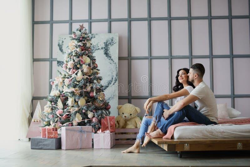 Un couple affectueux célèbre Noël ensemble Amants sur un lit photos libres de droits