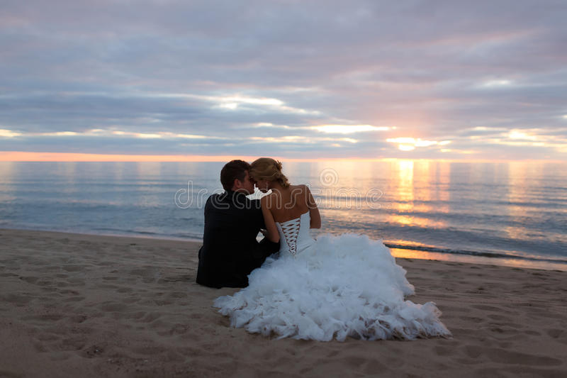 Un couple affectueux embrassant par la mer photo stock