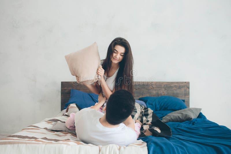 un couple affectueux se trouve sur le lit chambre coucher lumineuse et confortable confort et. Black Bedroom Furniture Sets. Home Design Ideas
