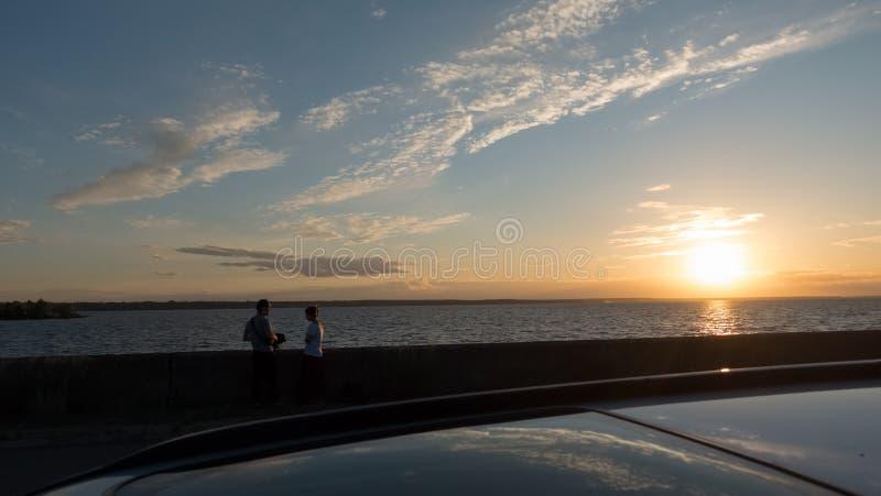 Un couple affectueux sur le rivage de la mer de Kiev, dans le premier plan un toit ouvrant de l'AR de  de Ñ image libre de droits