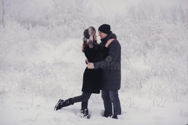 Un couple affectueux sur une promenade d'hiver Histoire d'amour de neige, magie d'hiver Homme et femme sur la rue givrée Le type  photo stock