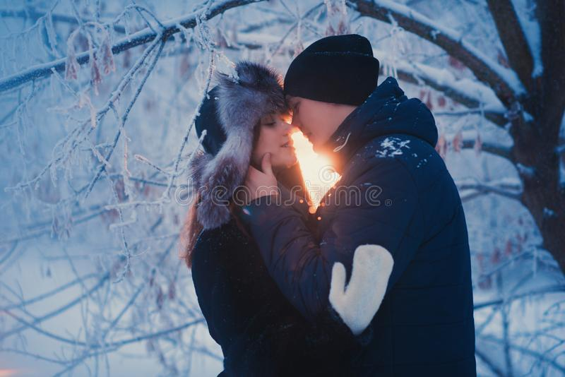 Un couple affectueux sur une promenade d'hiver Histoire d'amour de neige, magie d'hiver Homme et femme sur la rue givrée Le type  photos libres de droits