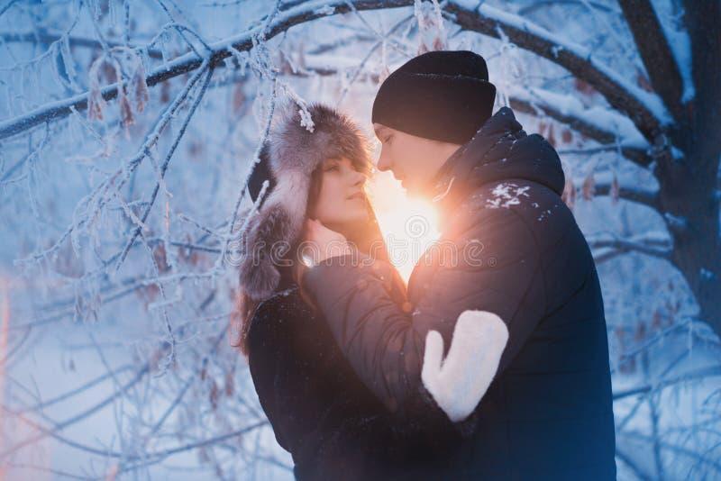 Un couple affectueux sur une promenade d'hiver Histoire d'amour de neige, magie d'hiver Homme et femme sur la rue givrée Le type  image libre de droits