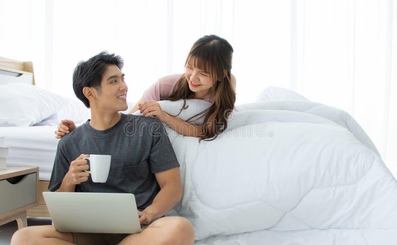 Un couple asiatique prend le repos dans la chambre à coucher photographie stock