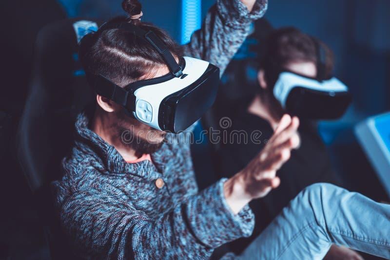 Un couple ayant l'amusement au cinéma en verres virtuels avec le specia photos stock