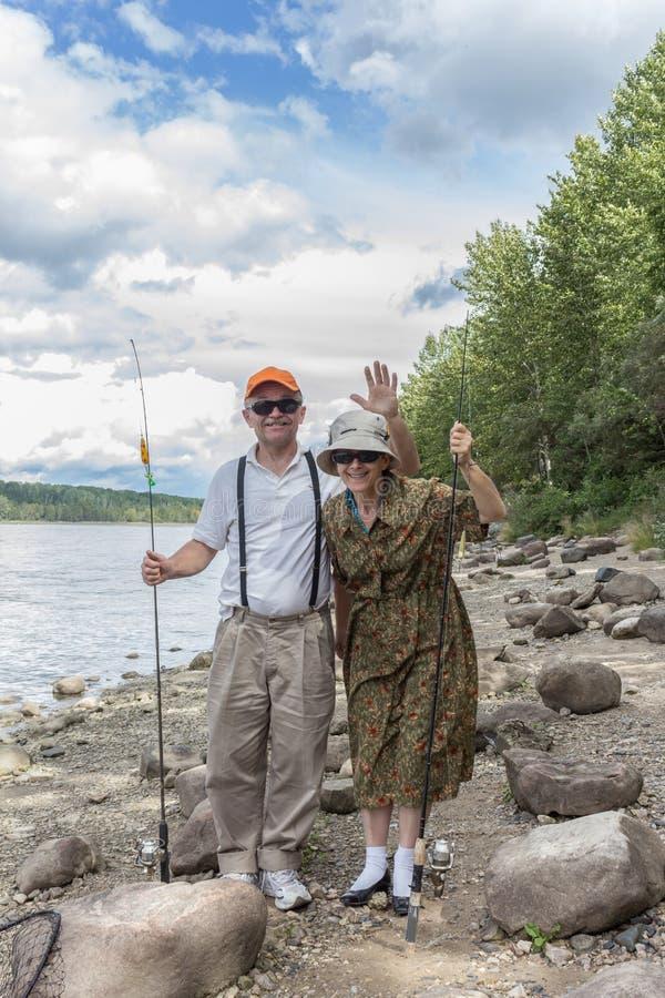 Un couple ayant l'amusement au lac photos stock