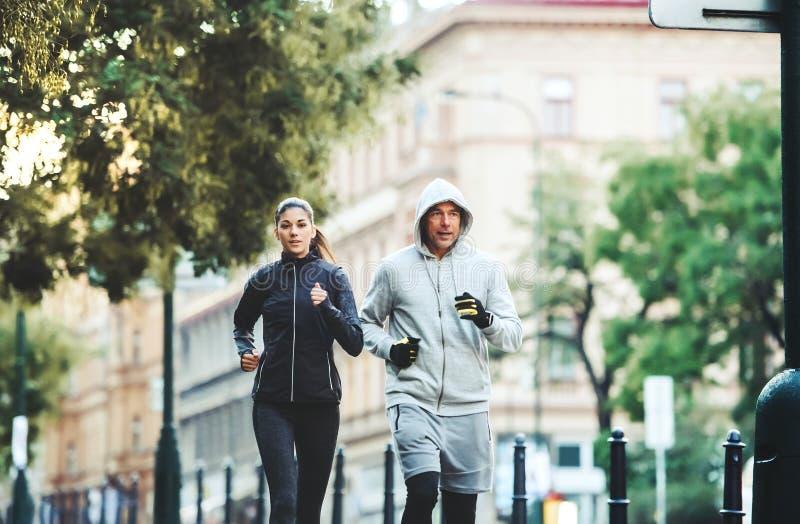 Un couple convenable fonctionnant dehors sur les rues de la ville de Prague photographie stock