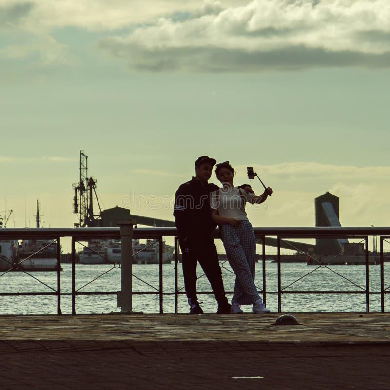 Un couple d'amour fait le srlfie sur le remblai photographie stock libre de droits