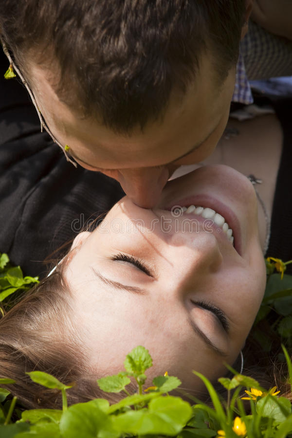 Un couple dans l'amour photo stock