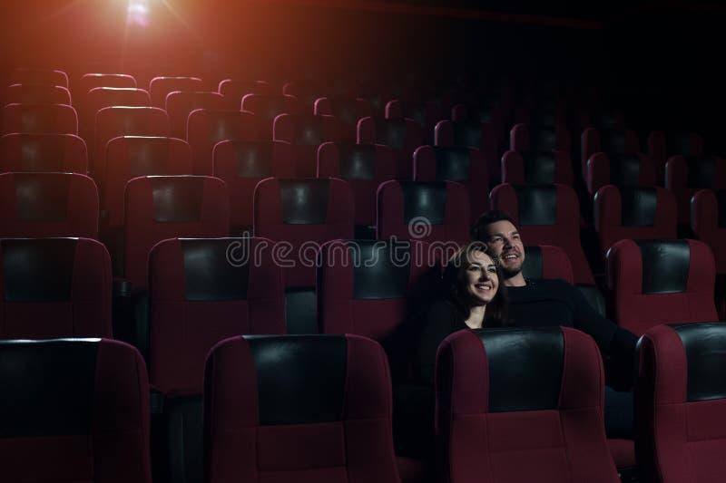 Un couple dans l'amour se reposant dans la salle de cinéma vide images stock