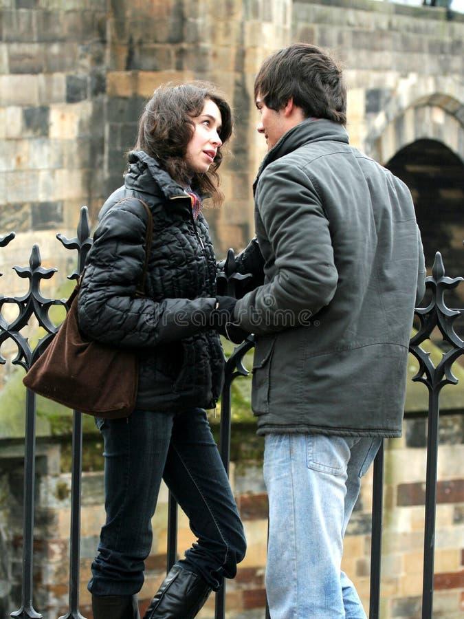 Un couple dans la ville photos libres de droits