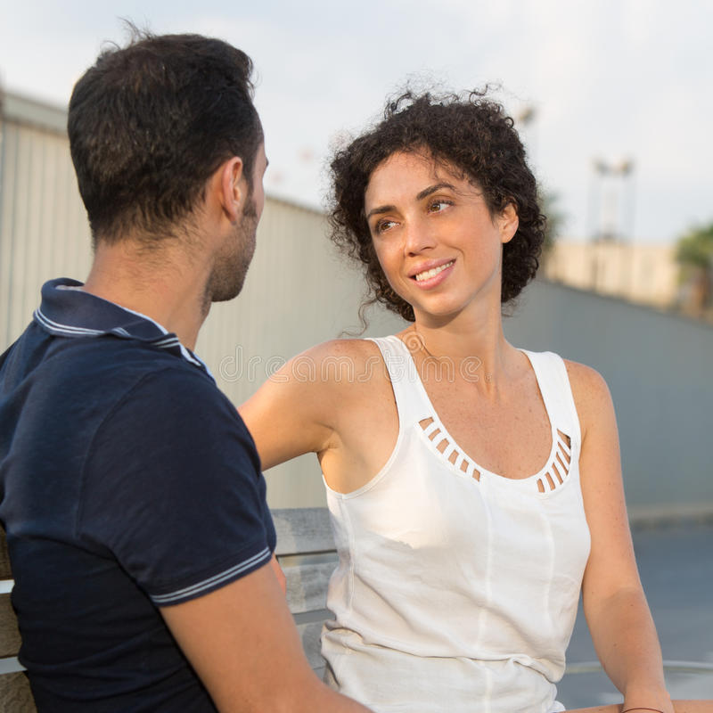 Un couple dans la ville photographie stock libre de droits