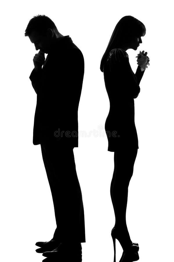 Un couple de nouveau à l'homme arrière pensant et pleurant image stock