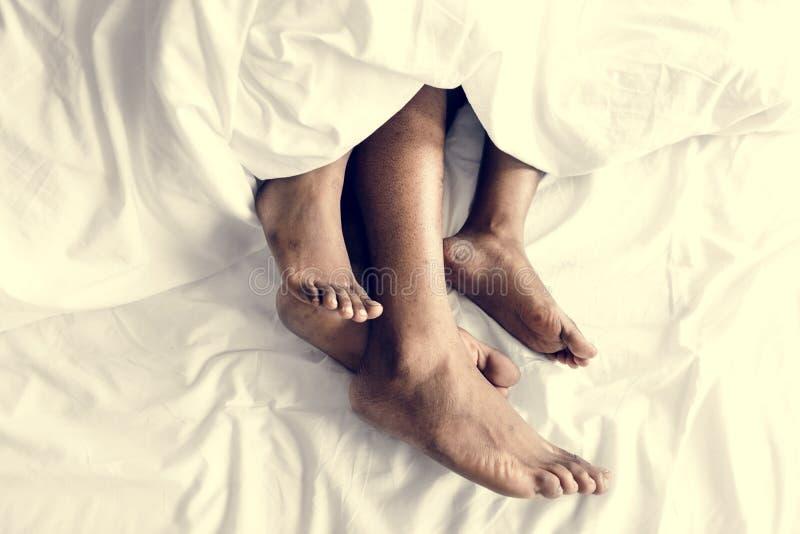Un couple dormant solidement ensemble photos libres de droits
