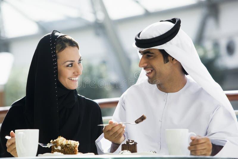 Un couple du Moyen-Orient appréciant un repas image libre de droits