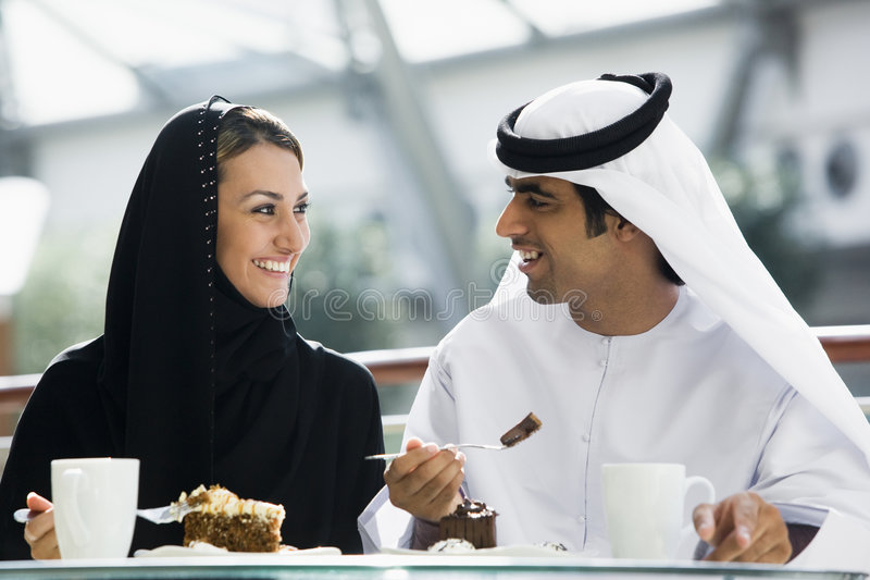 Un couple du Moyen-Orient appréciant un repas photographie stock