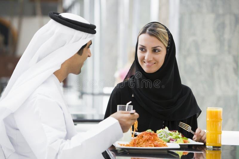 Un couple du Moyen-Orient appréciant un repas images stock