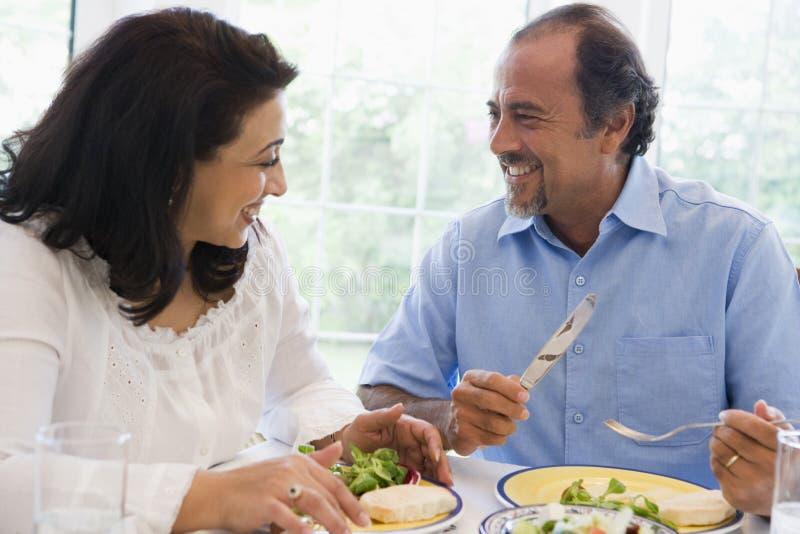 Un couple du Moyen-Orient appréciant un repas ensemble photos stock
