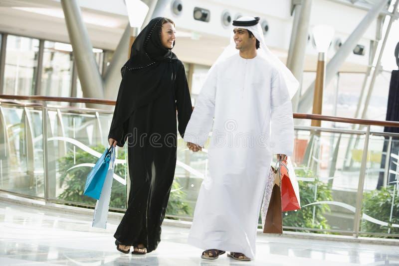Un couple du Moyen-Orient dans un centre commercial photo stock