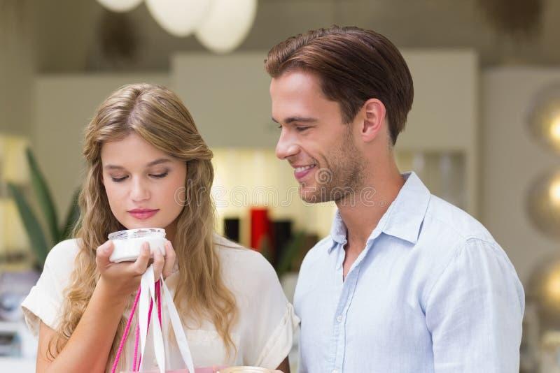 Download Un Couple Examinant Un échantillon De Produits De Beauté Image stock - Image du consommateur, propriétaire: 56490203