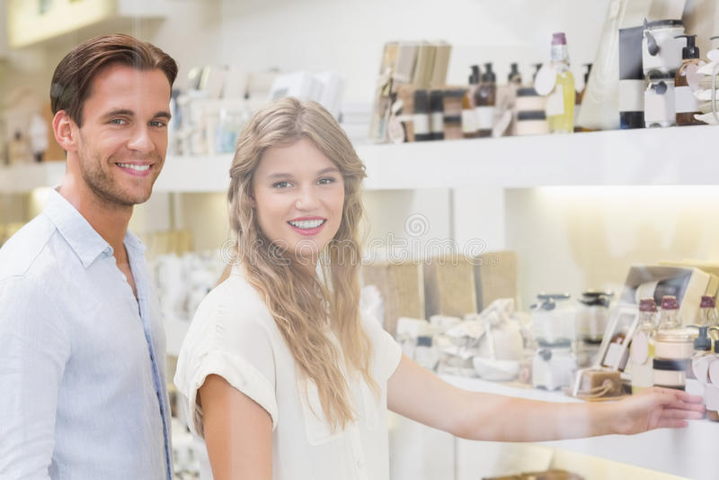 Download Un Couple Examinant Un échantillon De Produits De Beauté Photo stock - Image du indoors, fixation: 56490990