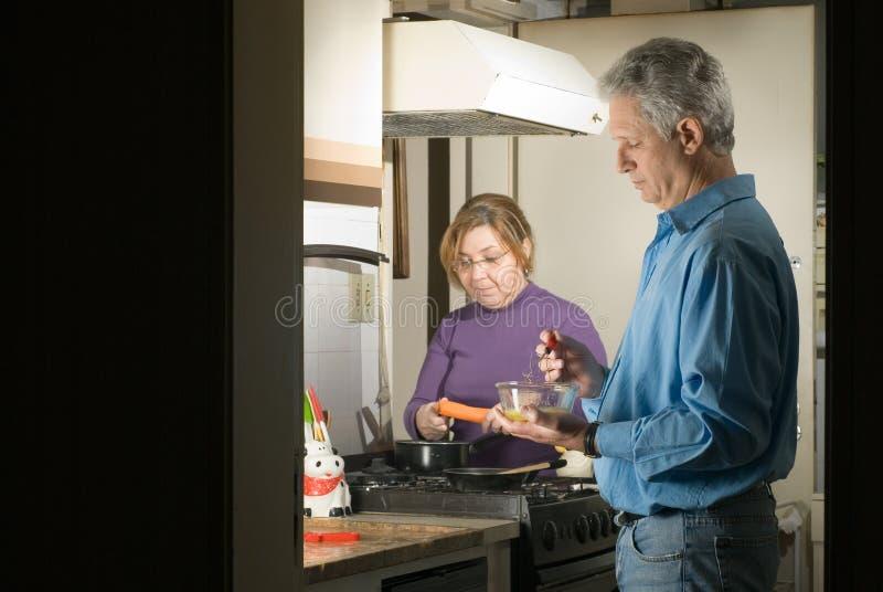 Un couple faisant cuire dans la cuisine - horizontale images libres de droits