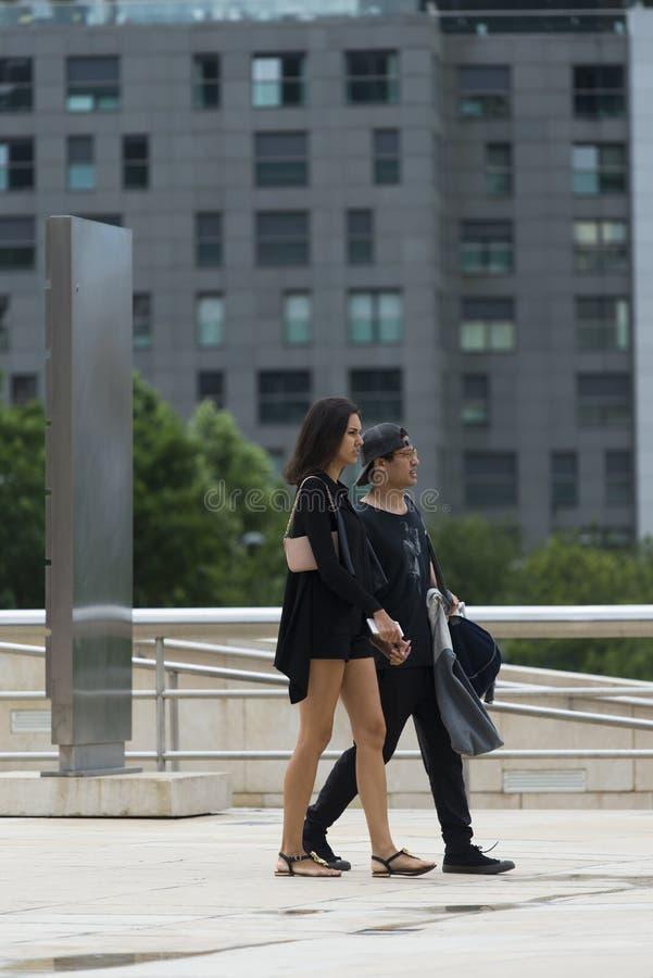 Un couple habillé dans la promenade noire photographie stock libre de droits