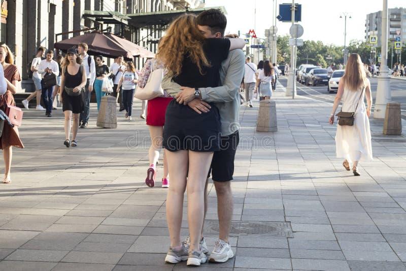 Un couple heureux est embrassant et embrassant au milieu de la foule Les personnes ne sont pas évidentes image libre de droits