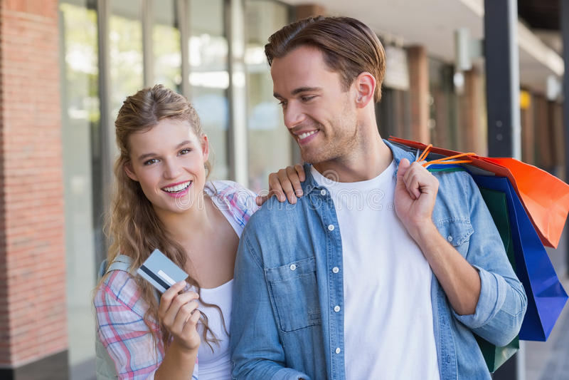 Download Un Couple Heureux Montrant Leur Nouvelle Carte De Crédit Photo stock - Image du fixation, mode: 56489608