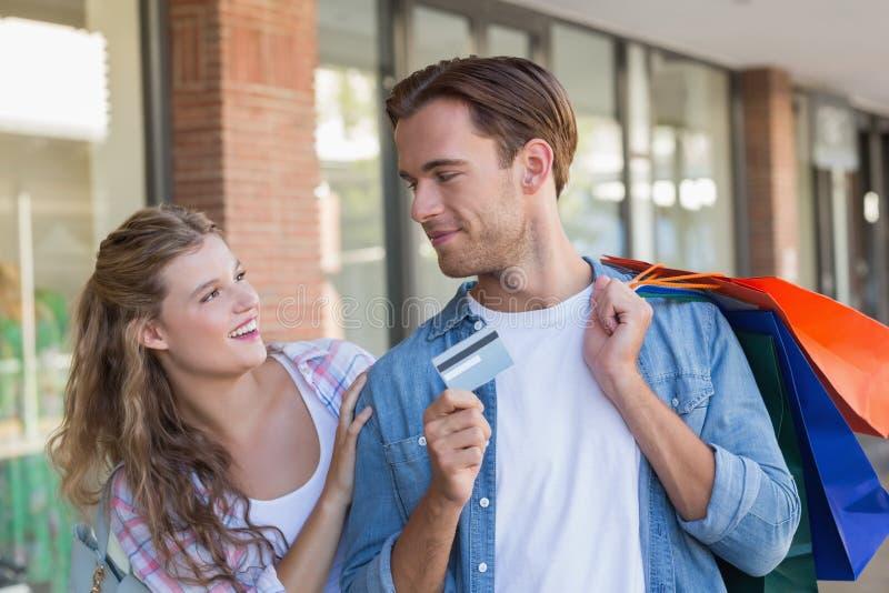 Download Un Couple Heureux Montrant Leur Nouvelle Carte De Crédit Photo stock - Image du bras, lifestyle: 56490800