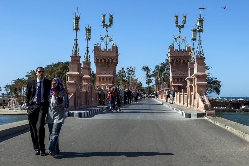 Un couple marche ensemble à l'Alexandrie en Egypte photos stock