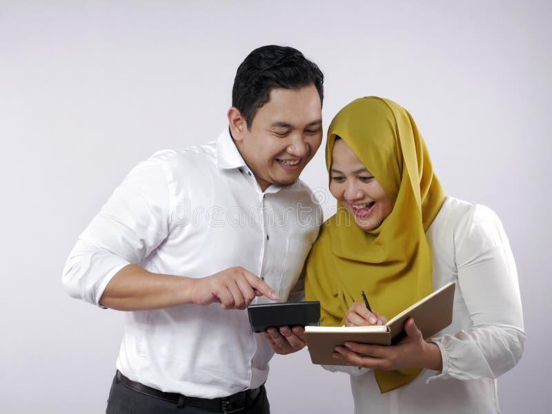 Un couple musulman analyse le rapport de gestion financière photos libres de droits