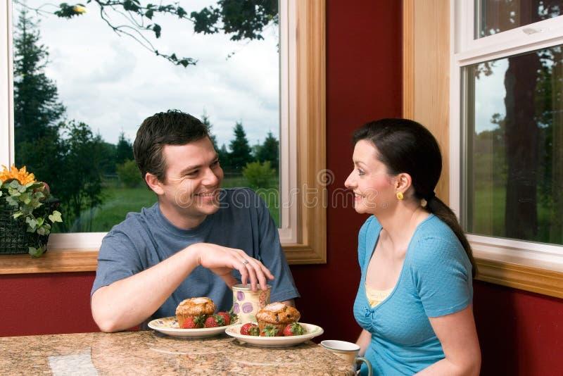 Un Couple Parlant Au Déjeuner - à Horizontal Photographie stock