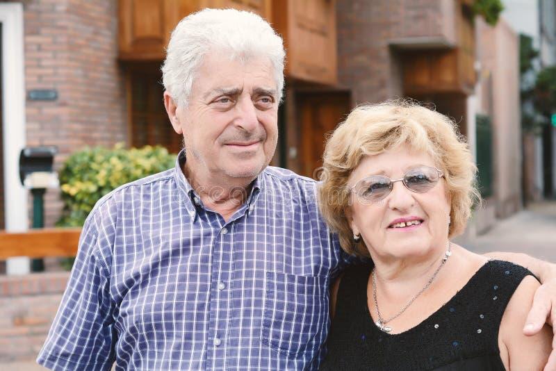 Un couple plus âgé dehors photographie stock libre de droits