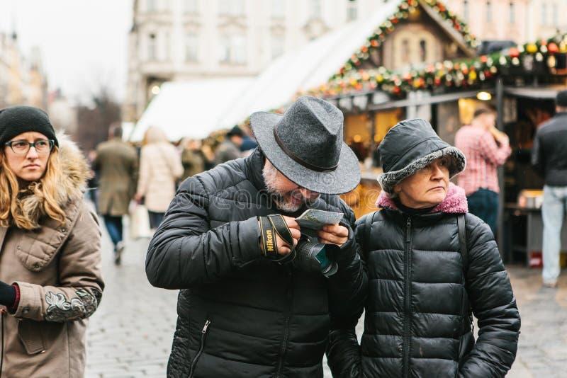 Un couple plus âgé regarde une carte photos stock