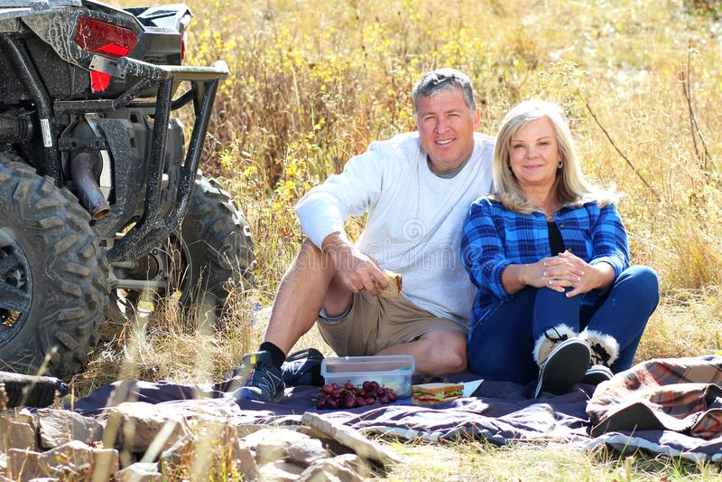 Un couple plus ancien ayant un pique-nique photographie stock
