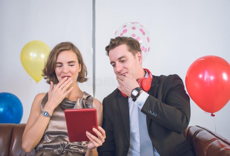 Un couple profite d'une soirée romantique images libres de droits