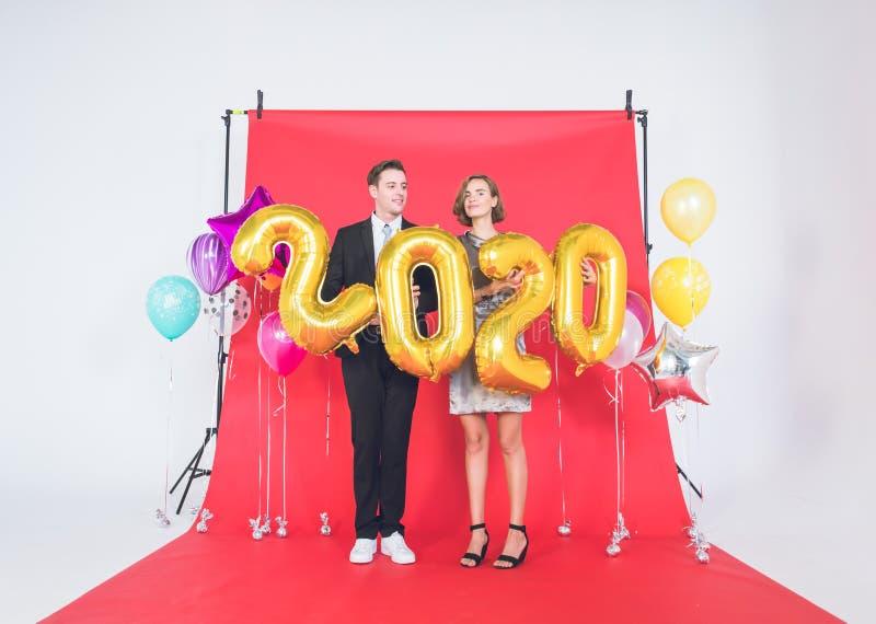 Un couple profite du studio du Joyeux Nouvel An 2020 photos libres de droits