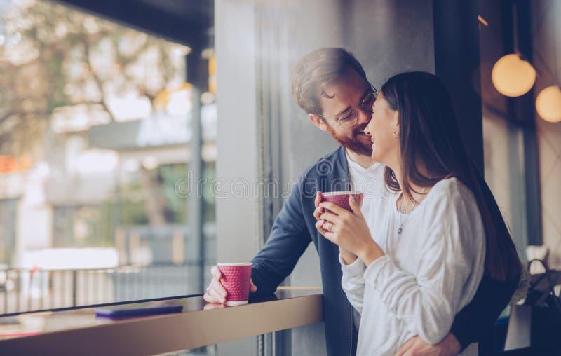 Un couple ravi enlacé dans un café photographie stock